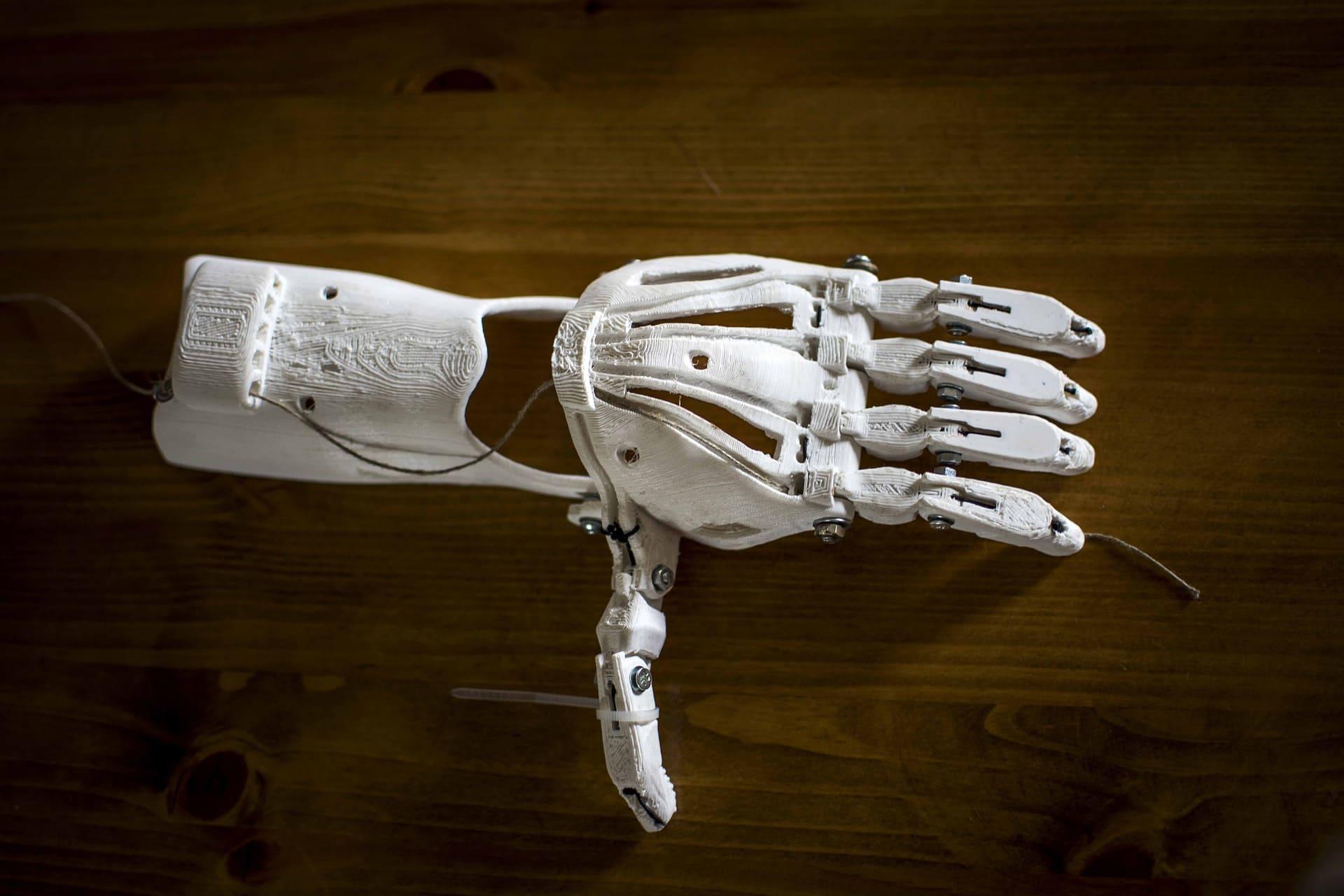 3D Drucker Industrie entwickelt in der Medzin passgenaue Handprothesen für Patienten.